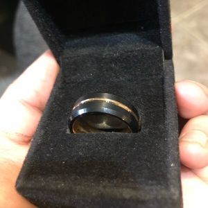 • Men's Ring • Size 8.5 •